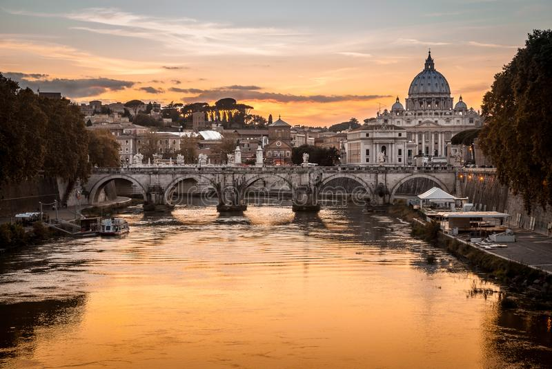 """Crépuscule sur la rivière du Tibre avec la vue du dôme de Vatican du saint Peter Basilica et Sant """"Angelo Bridge à Rome, Italie image libre de droits"""