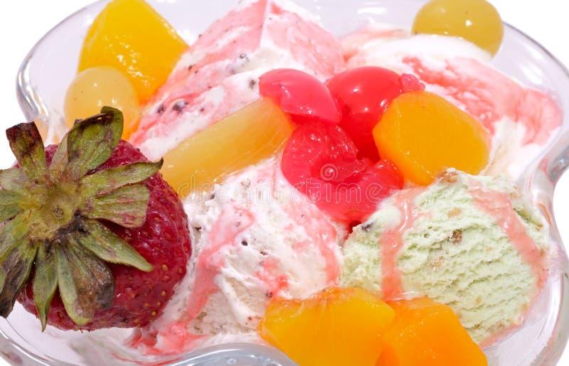 Crême glacée avec des fruits et des baies photos stock