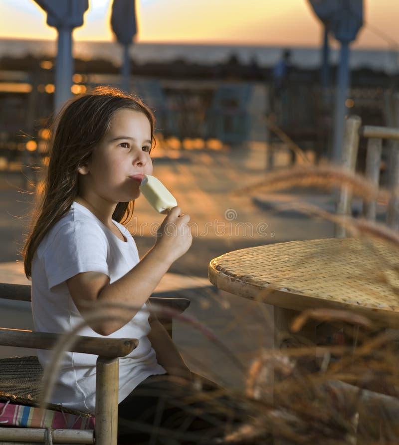 Crême glacée de coucher du soleil de plage d'enfant image libre de droits