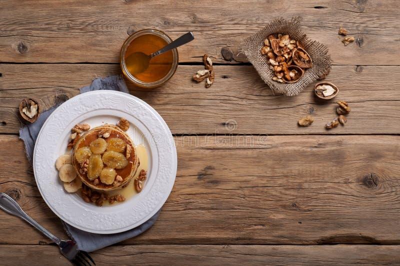 Crêpe avec les écrous, le miel et les bananes caramélisées images libres de droits