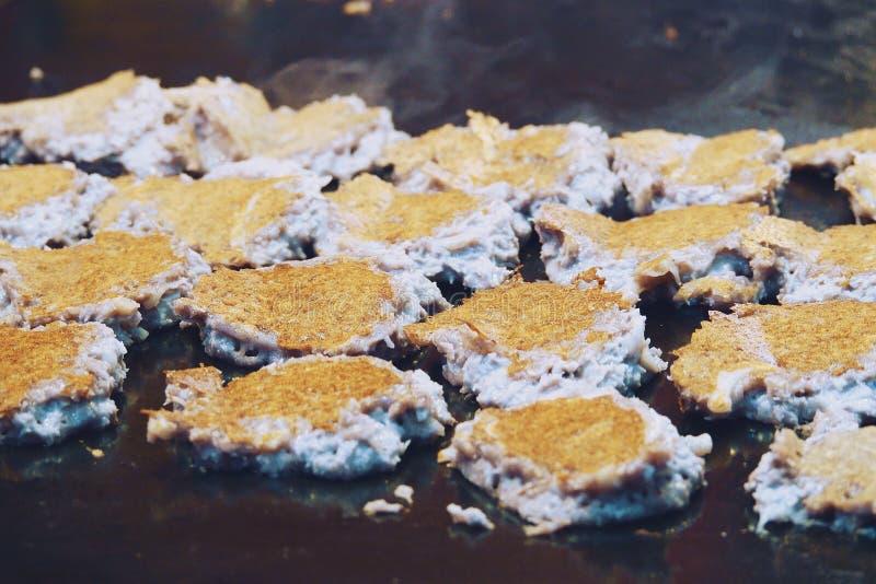 Crêpe cuite à la friteuse par dessert thaïlandais, nourriture thaïlandaise de rue photos libres de droits