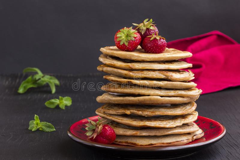 Crêpe délicieuse avec des fraises sur la table noire image libre de droits