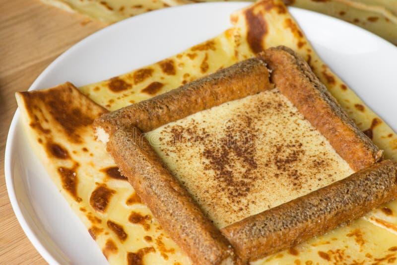 Crêpe délicieuse de tiramisu remplie de poudre de mascarpone, de café et de chocolat Crêpe française avec le tiramisu italien images stock