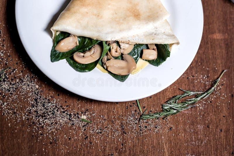 Crêpe d'épinards et de champignons images stock