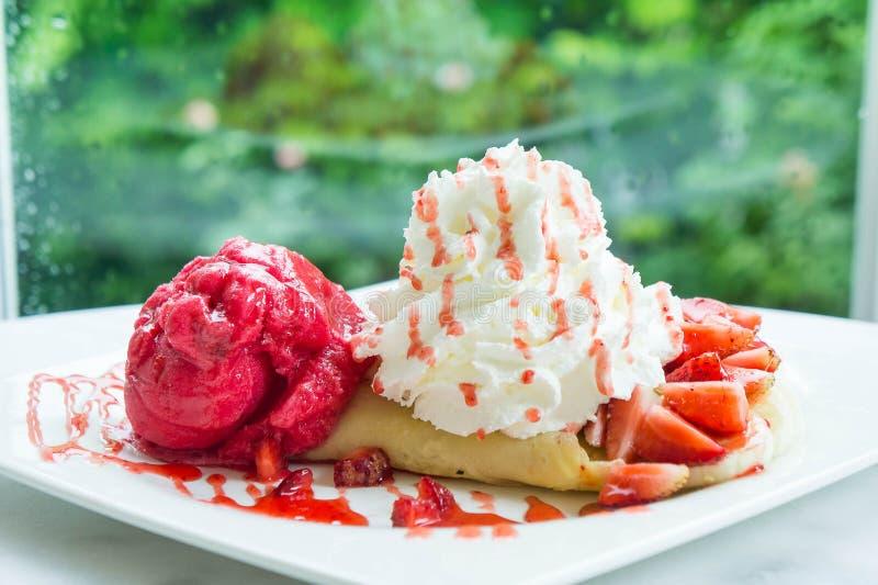 Crêpe de fraise de crème glacée et dessert crémeux d'écrimage photo stock