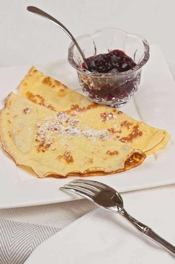 Crêpe dolce e organico su un piatto bianco quadrato fotografia stock