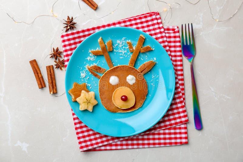 Crêpe drôle pour le petit déjeuner d'enfants sur la table photographie stock libre de droits