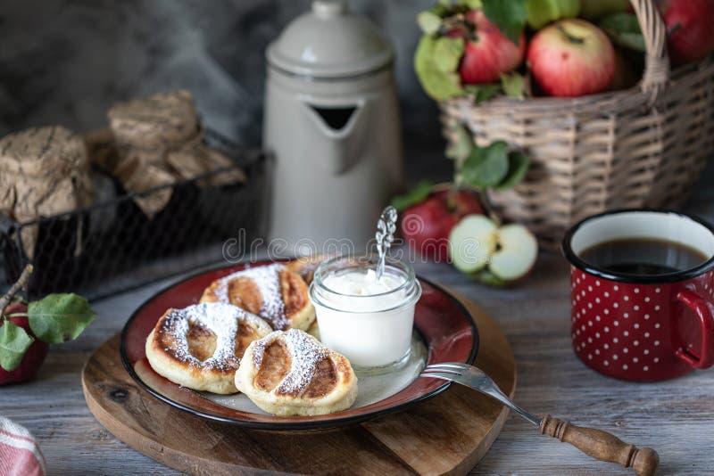 Crêpe faite maison fraîche avec des pommes images stock