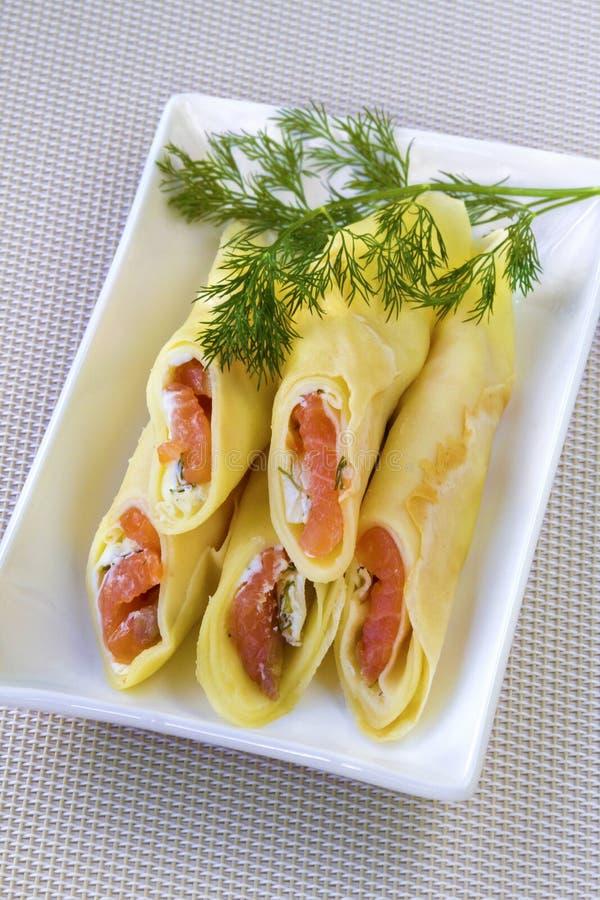Crêpe farciti con formaggio cremoso ed il salmone salato fotografia stock libera da diritti