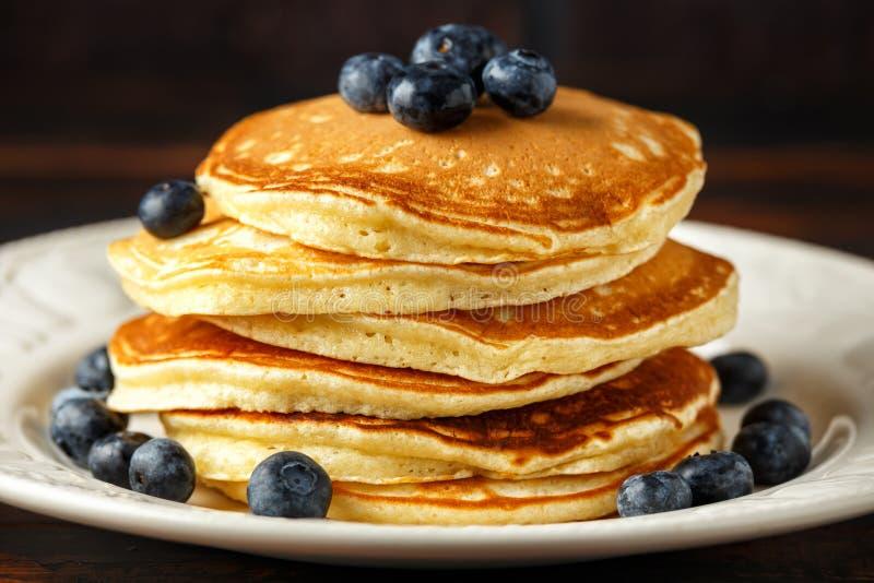 Crêpes américaines faites maison de myrtille Style rustique de petit déjeuner sain de matin photo stock