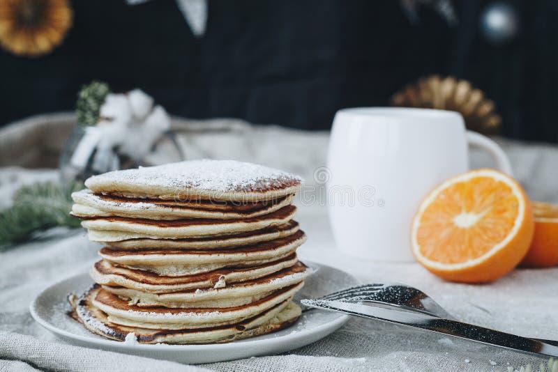 Crêpes américaines pour le petit déjeuner avec une tasse de café images stock