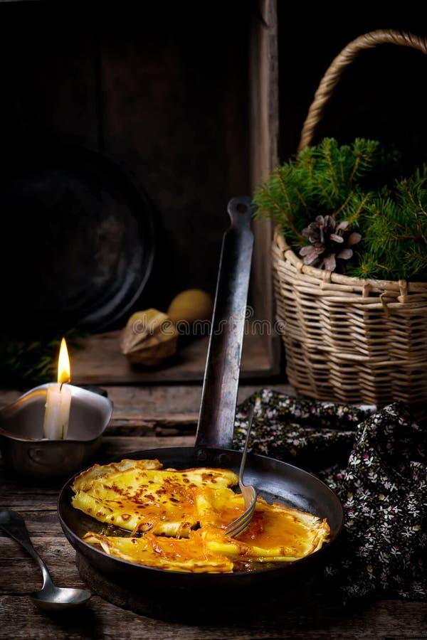 Crêpes avec de la sauce orange photographie stock