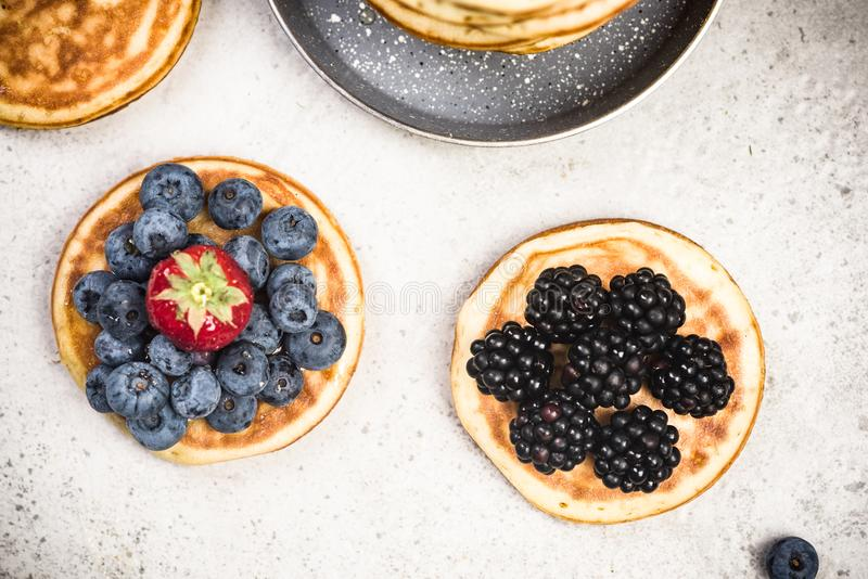 Crêpes avec des fruits frais, vue supérieure photos libres de droits