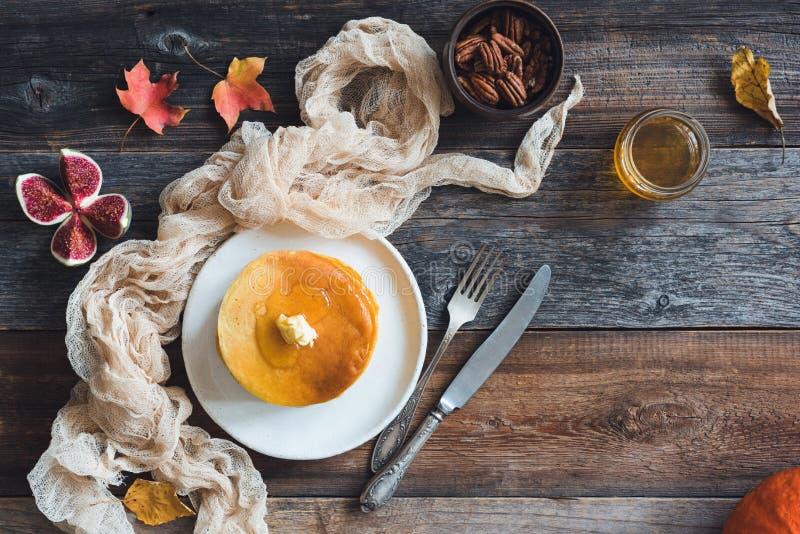 Crêpes avec du beurre, le miel et des écrous photos stock