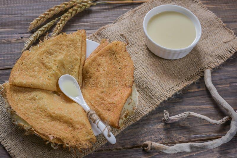 Crêpes avec du lait condensé photo stock