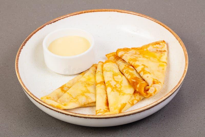 Crêpes avec du lait condensé image libre de droits