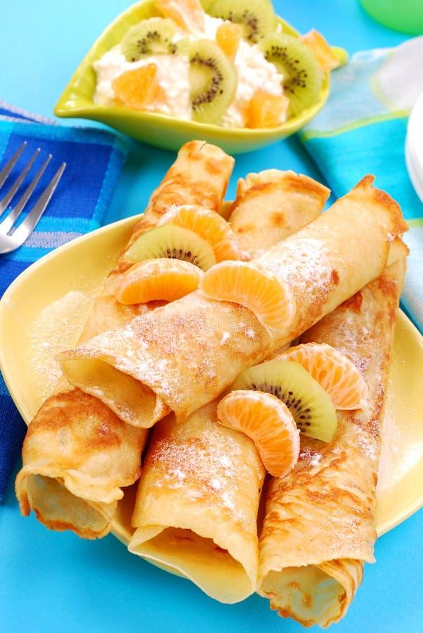Crêpes avec l'orange et le kiwi images stock