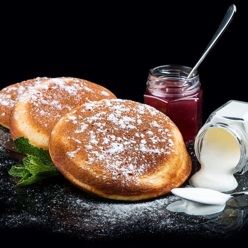 Crêpes avec la cuisson de crème sure et de framboise photo libre de droits