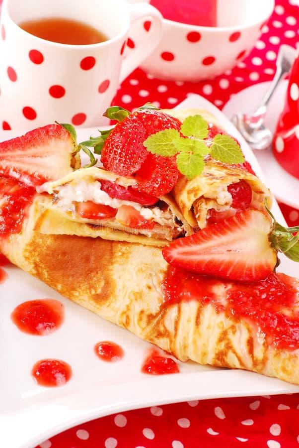 Crêpes avec la fraise photo stock