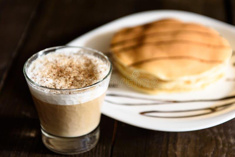 Crêpes avec le cappuccino image stock