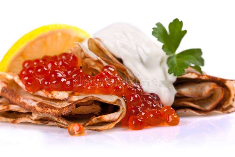 Crêpes avec le caviar rouge image libre de droits