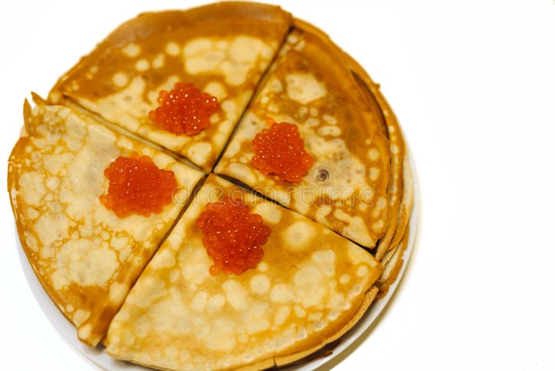 Crêpes avec le caviar rouge sur un fond blanc d'isolement photos libres de droits