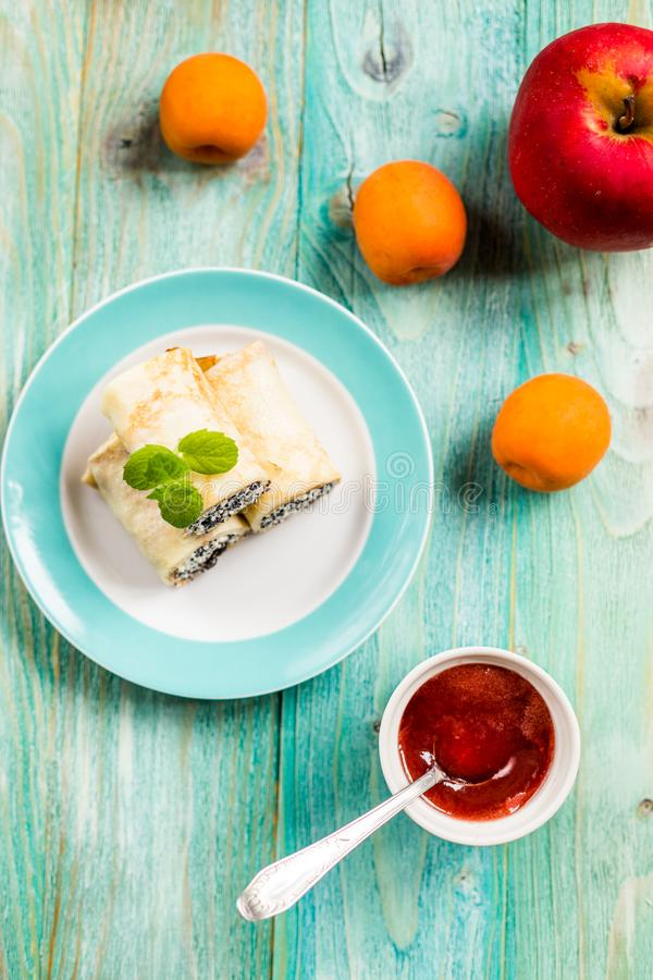 Crêpes avec le fromage blanc et les clous de girofle image stock