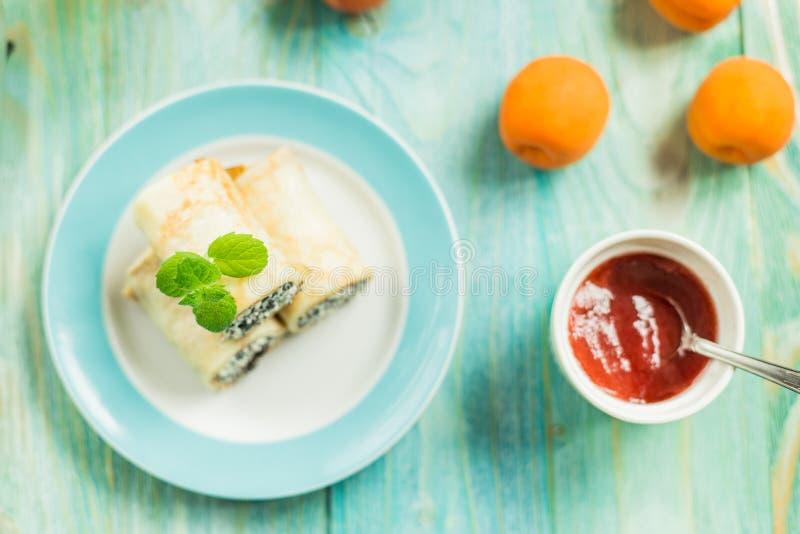 Crêpes avec le fromage blanc et les clous de girofle photos stock