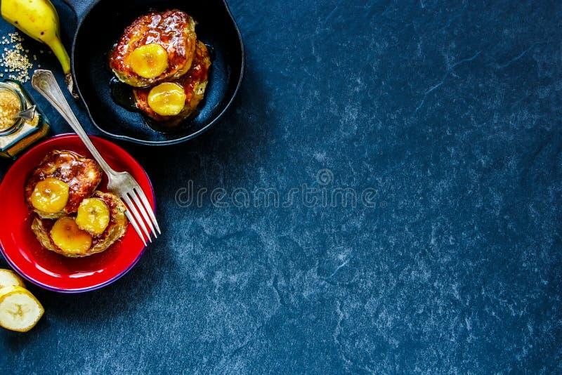 Crêpes avec les bananes caramélisées photo stock