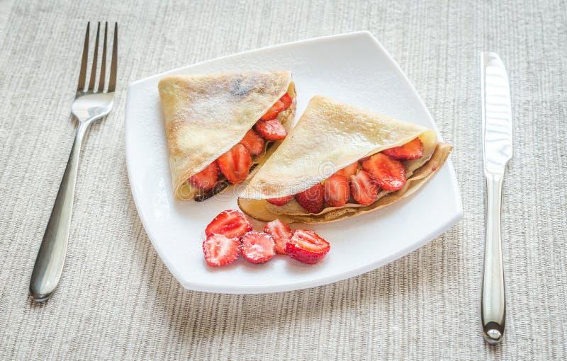 Crêpes avec les fraises fraîches image libre de droits