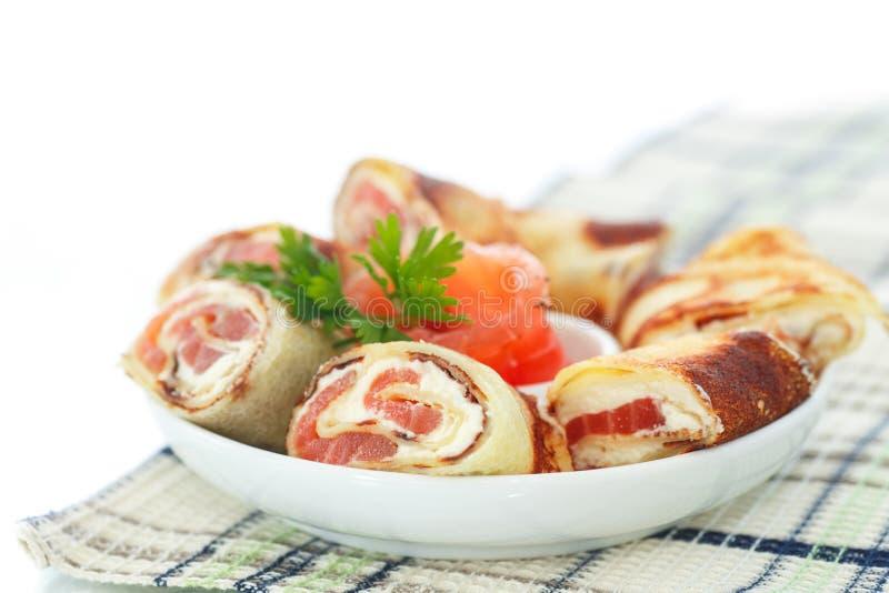 Crêpes avec les laits caillés et les saumons salés photographie stock libre de droits