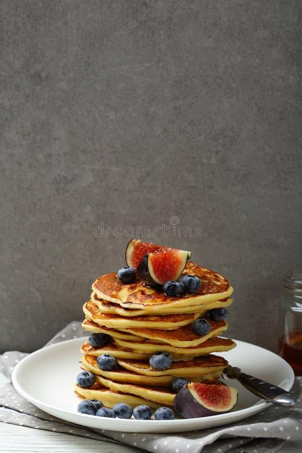 Download Crêpes D'or Avec Des Fruits Frais Contre Le Mur En Béton Image stock - Image du breakfast, homemade: 77150263