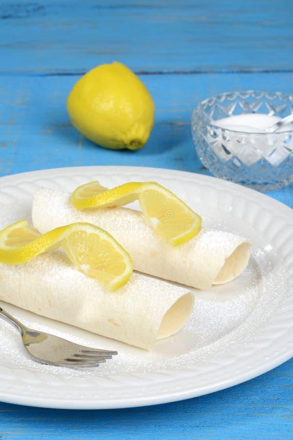 Crêpes de citron de plan rapproché avec du sucre et la fourchette image stock