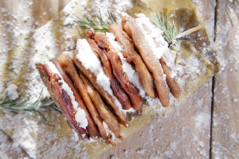Crêpes de farine de châtaigne avec le fromage blanc image stock