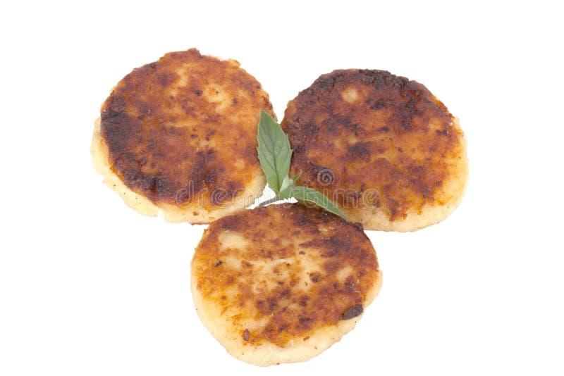 Crêpes de fromage avec la menthe d'isolement sur le fond blanc photos libres de droits