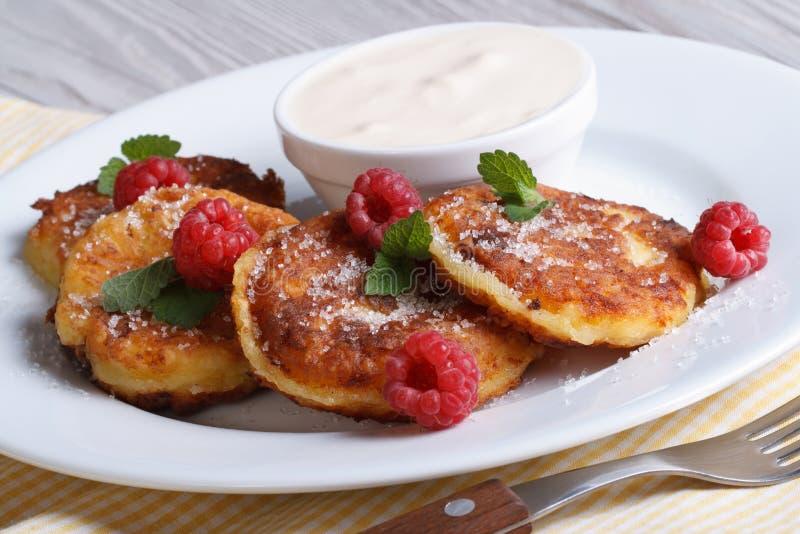 Crêpes de fromage avec les framboises et la crème sure horizontales photographie stock