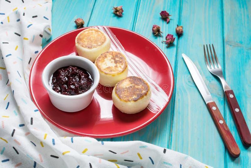 Crêpes de fromage blanc sur le fond en bois Syrniki avec la confiture Nourriture faite maison photographie stock