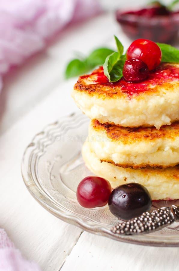 Crêpes de fromage blanc sur un fond foncé Syrniki avec la menthe fraîche Crêpes avec le fromage blanc d'un plat lilas homemade photo libre de droits