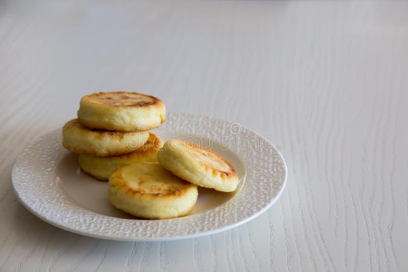 Crêpes de fromage blanc, syrniki traditionnel fait maison d'Ukrainien et de Russe Déjeuner sain photo stock
