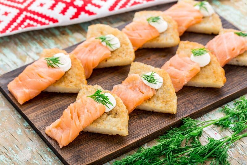 Crêpes de pomme de terre avec des saumons photo stock