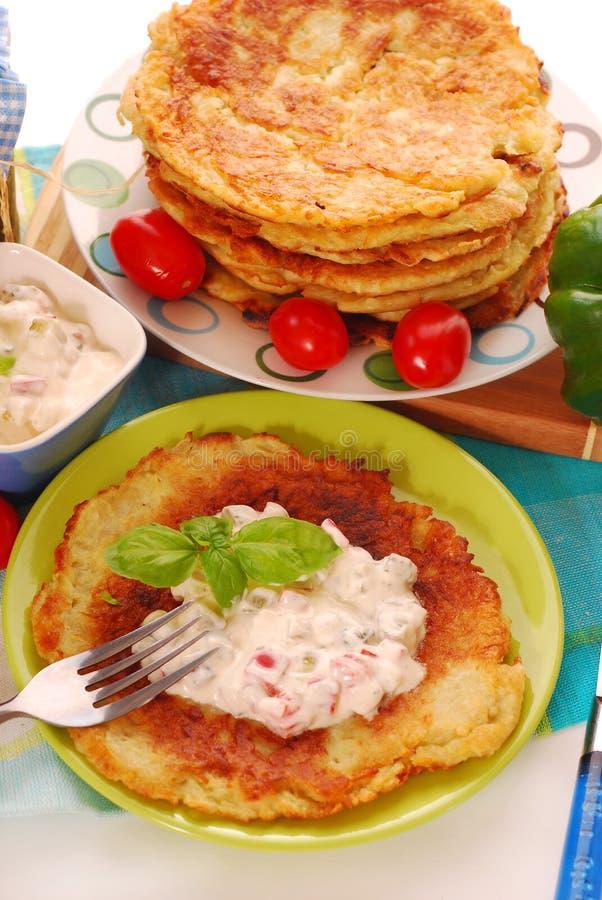 Crêpes de pomme de terre avec du fromage crémeux photo stock
