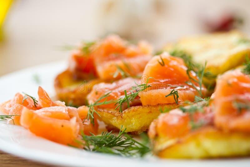 Crêpes de pomme de terre avec les saumons salés images stock