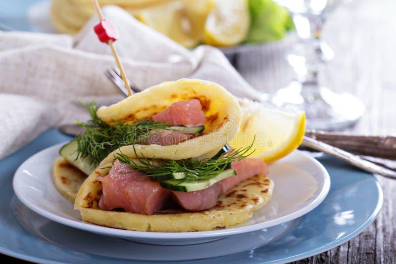 Crêpes de pomme de terre scandinaves avec des saumons photo stock