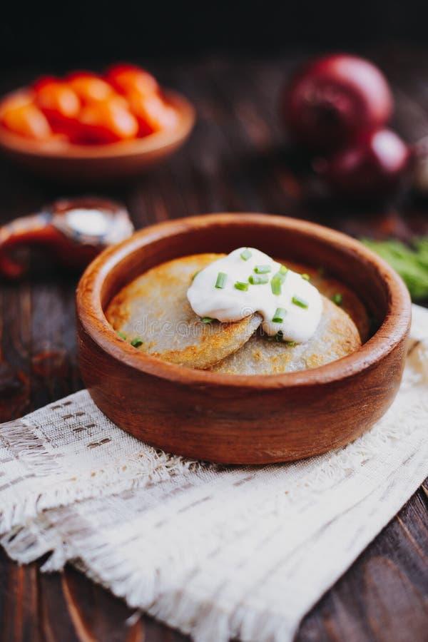Crêpes de pomme de terre avec de la crème aigre photo libre de droits
