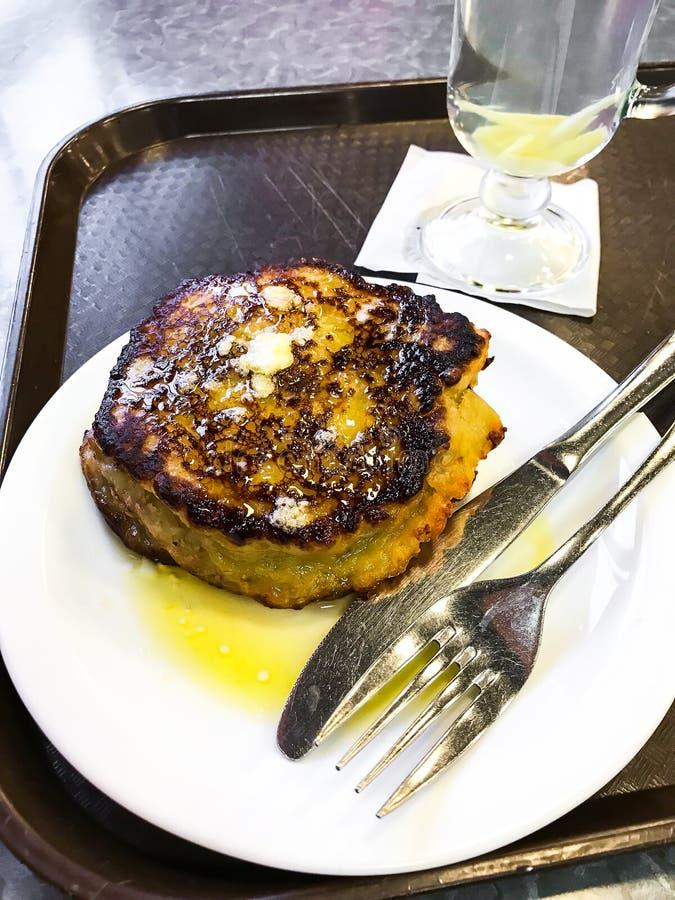 Crêpes de pomme de terre bourrées de la viande, du plat blanc image stock