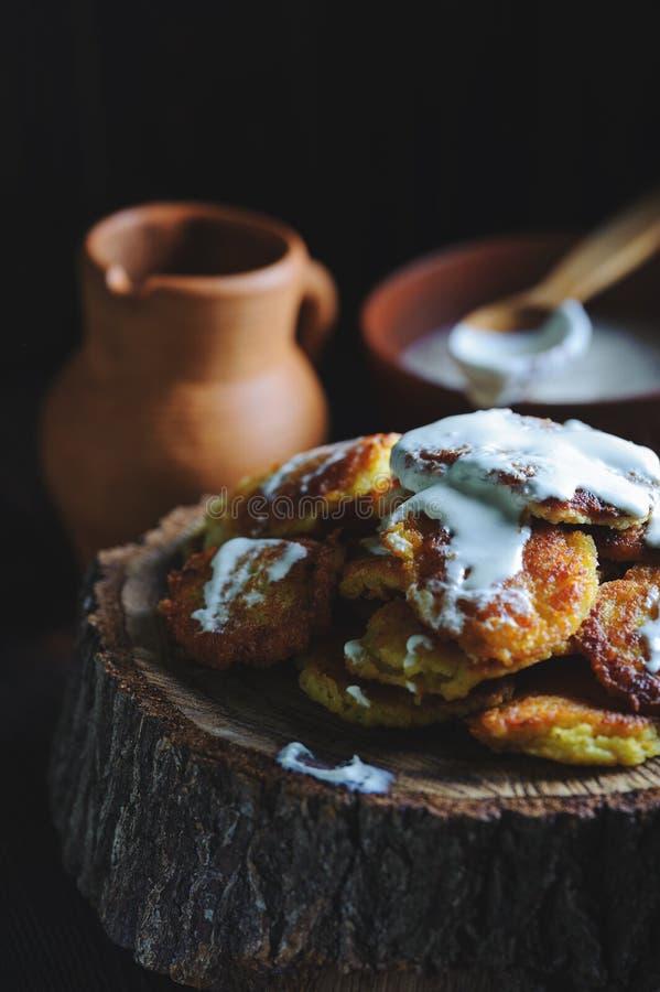 Crêpes de pomme de terre rustiques avec la crème sure images stock