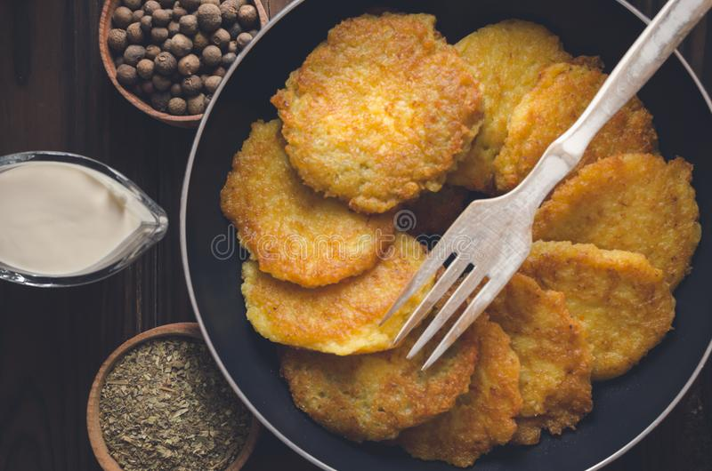 Crêpes de pomme de terre Vue de ci-avant photos stock