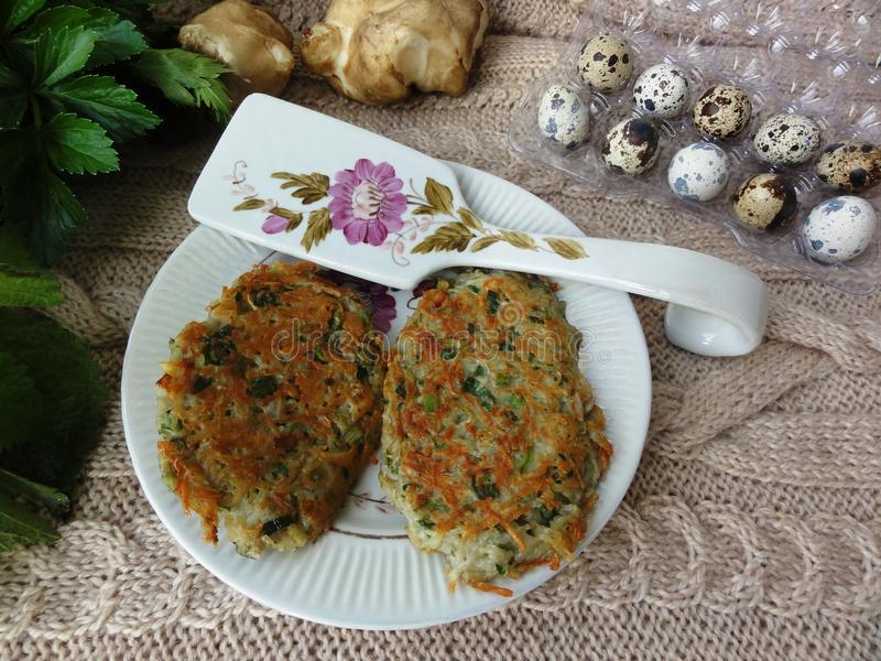 Crêpes de pommes de terre d'ortie d'Artishok avec des oeufs de caille images libres de droits