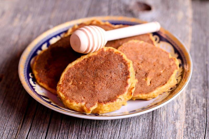 Crêpes de potiron d'un plat pour le petit déjeuner avec du miel, horizontal photo libre de droits