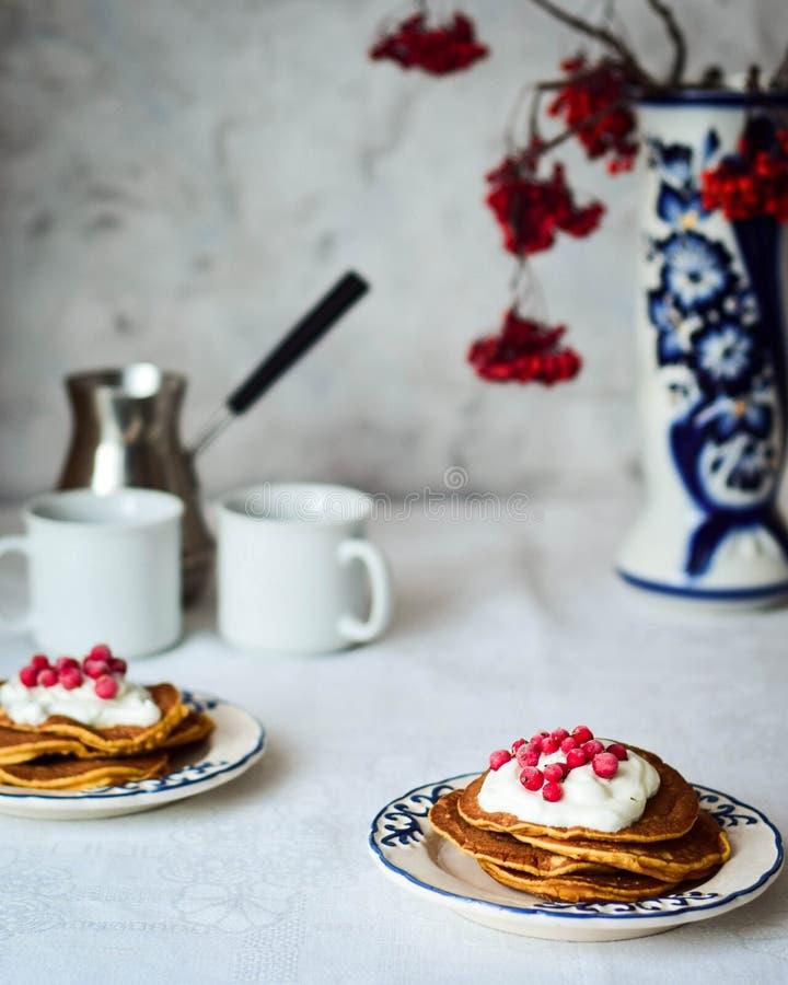 Crêpes de potiron pour le petit déjeuner photographie stock libre de droits